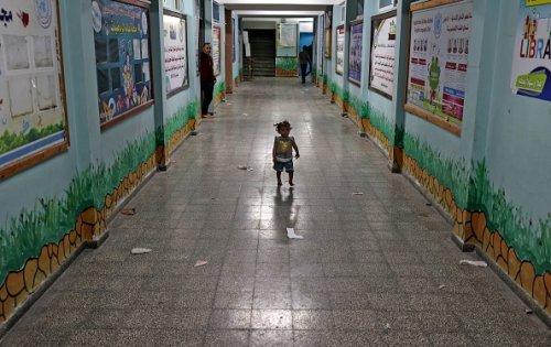 Una bambina palestinese rifugiata in una scuola delle Nazioni Unite a Gaza