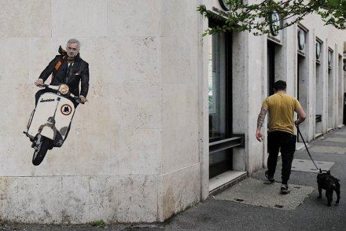 Un murale di Harry Greb che raffigura Jose Mourinho, nuovo allenatore della Roma