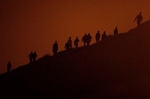 I migranti marocchini su una scogliera mentre cercano di arrivare a Ceuta