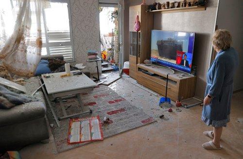 Una donna israeliana nella sua casa colpita dal fuoco di razzi palestinesi