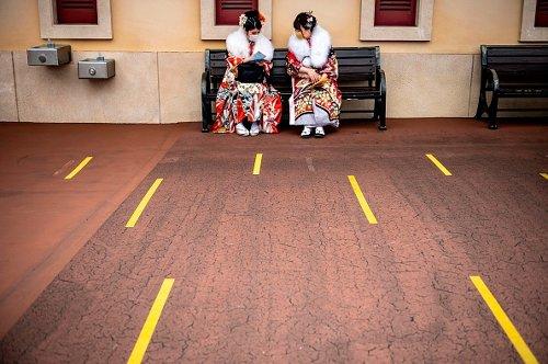 Ragazze giapponesi in abiti tradizionali celebrano il raggiungimento della maggiore età