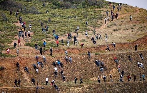 Migranti cercano di raggiungere Ceuta