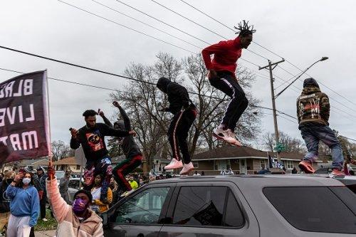 Proteste dopo l'uccisione di un giovane di colore da parte della polizia a Minneapolis