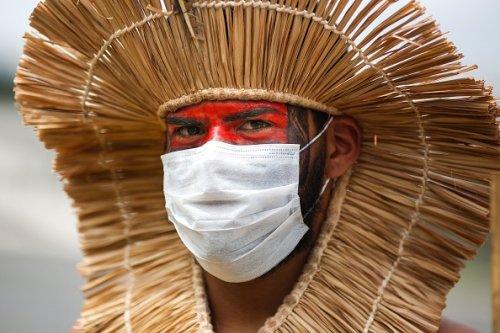 Un indigeno protesta contro la politica mineraria del presidente Jair Bolsonaro