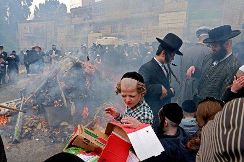 Ebrei ultraortodossi durante il rituale del Biur Chametz