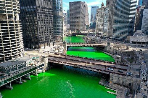 Il fiume Chicago colorato di verde per celebrare il giorno di San Patrizio
