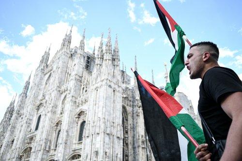 Manifestazione di solidarietà per il popolo palestinese in Piazza Duomo a Milano