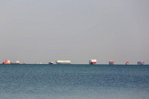 Navi mercantile in attesa di transitare nel Canale di Suez