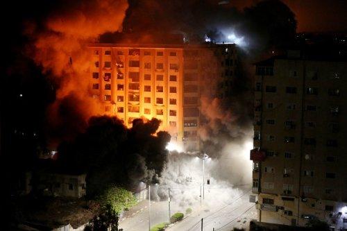Attacchi israeliani alla torre Al-Jawhara a Gaza