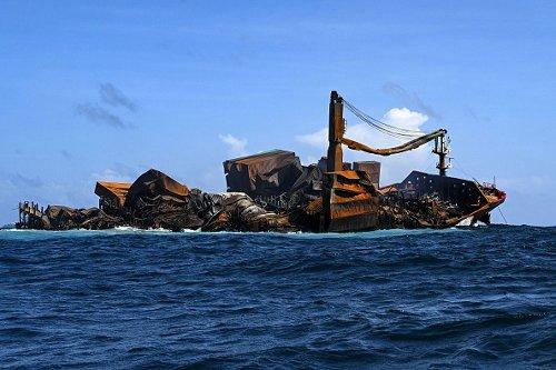 La nave MV X-Press Pearl affonda dopo aver bruciato per quasi due settimane