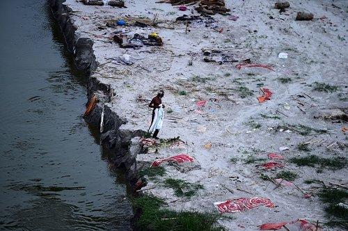 Campo di cremazione sulle rive del fiume Gange, a Phafamau ghat