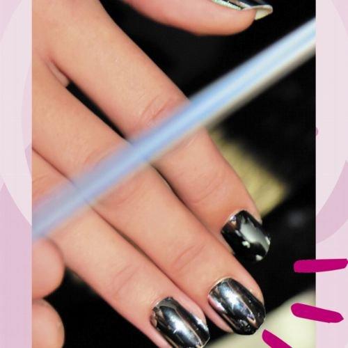 Chrome Nails sind der coolste Nageltrend und so geht's