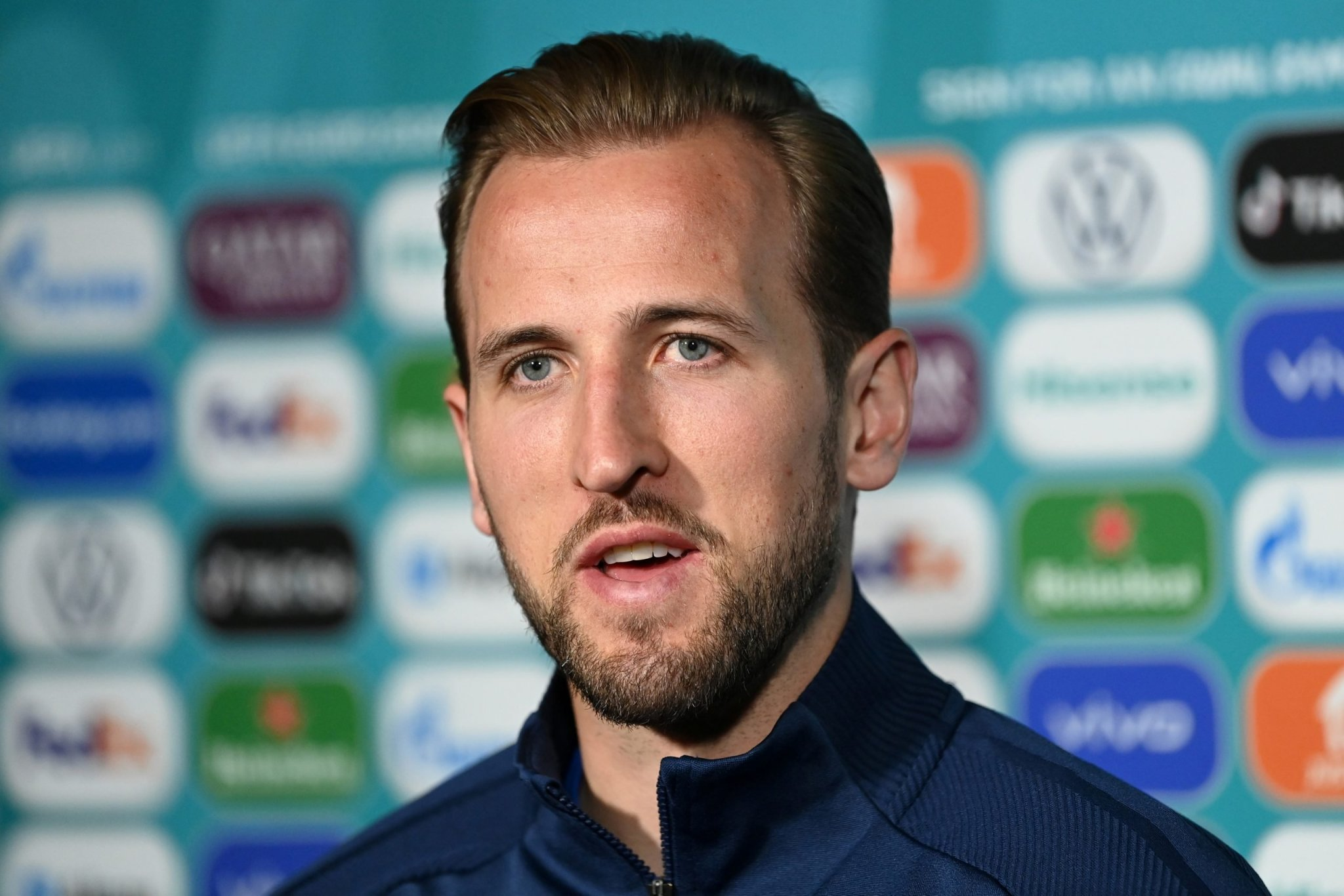 Soccer-Kane, Neuer to wear rainbow captain's armbands in Euro game