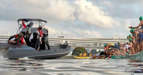 Media boat blocks men's Olympic triathlon swimmers, causes false start - National   Globalnews.ca