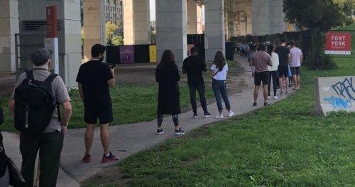 Long lineups seen outside some Toronto polling stations on election day - Toronto | Globalnews.ca