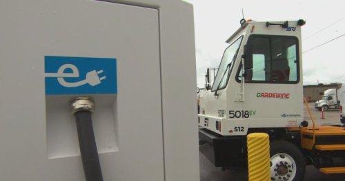 First heavy-duty electric truck rolls into Manitoba - Winnipeg | Globalnews.ca