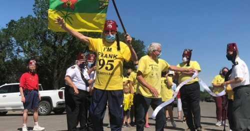 95-year-old Frank Atchison wraps 260 km fundraising walk for sick kids in Regina