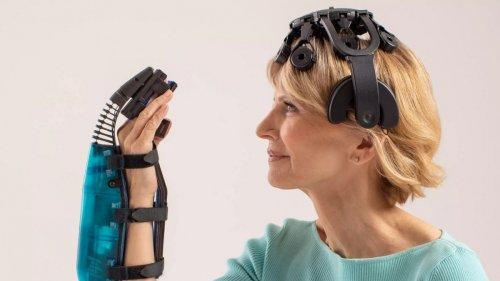 Patienten lernen mit BCI und Roboterhand greifen