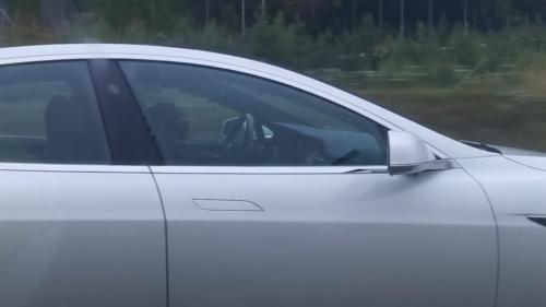 Tesla-Autopilot verhindert Unfall von bewusstlosem Fahrer