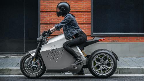 Bei diesem E-Motorrad sitzt der Roboter mit im Sattel