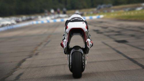 Elektro-Motorrad mit Riesenloch auf der Teststrecke