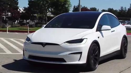 Tesla liefert neues Model X mit eckigem Lenkrad aus