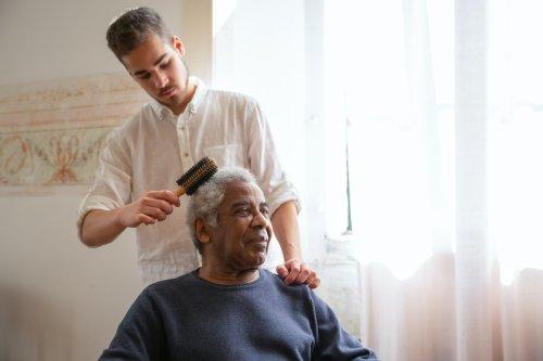 Pflegende Angehörige bekommen in Österreich ein festes Gehalt vom Staat