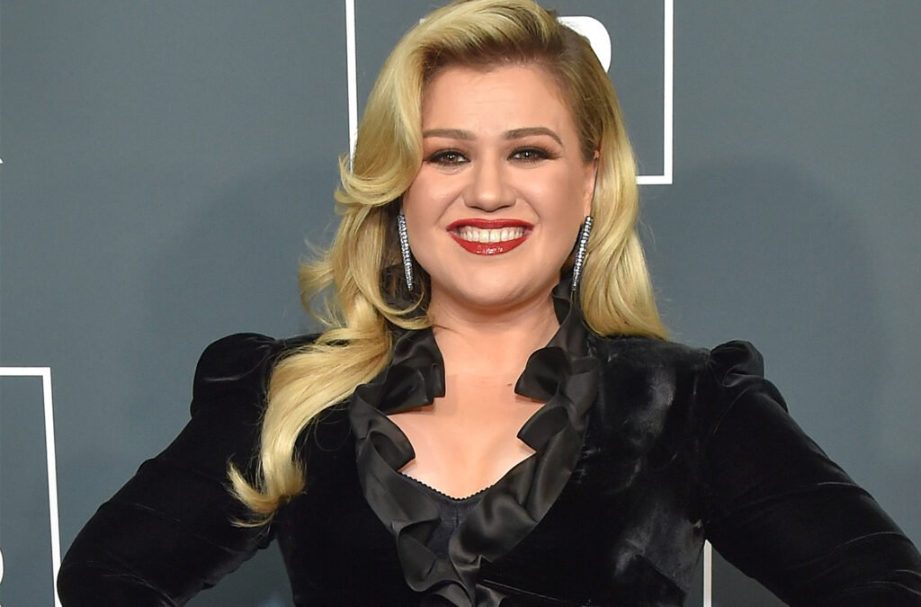 Report: Kelly Clarkson Planning Plastic Surgery Makeover
