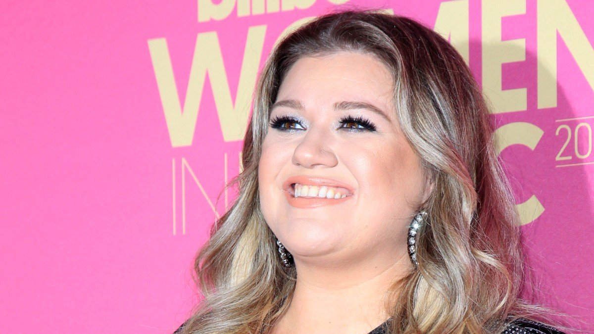 Report: 'Hefty' Kelly Clarkson Eating Herself Out Of A Job