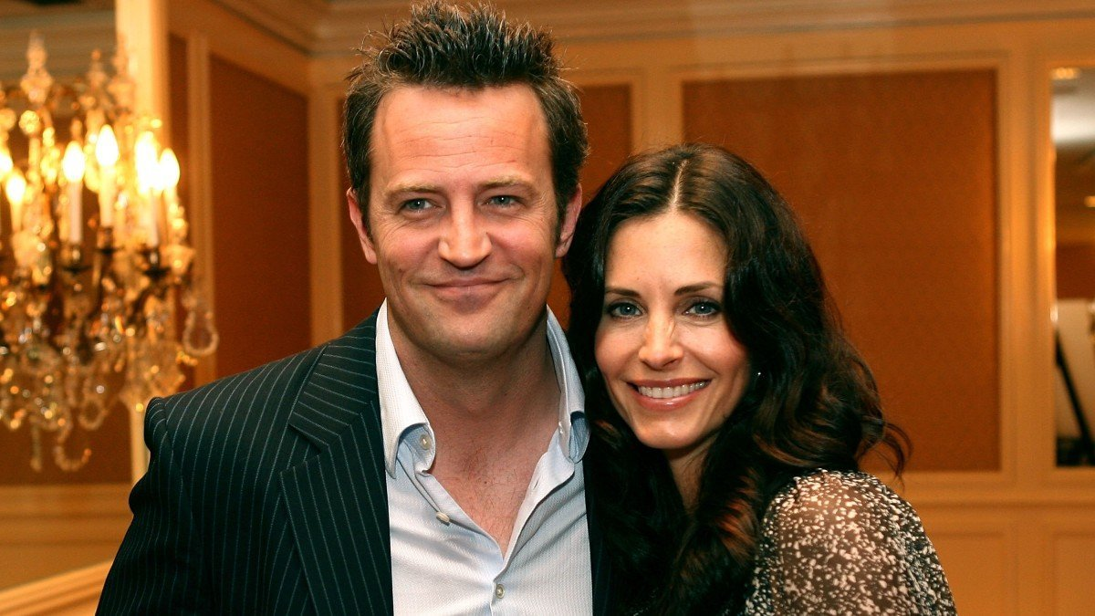 Courteney Cox Shared A Behind-The-Scenes Selfie From The 'Friends' Reunion, We Can't Stop Staring At Matthew Perry's Teeth