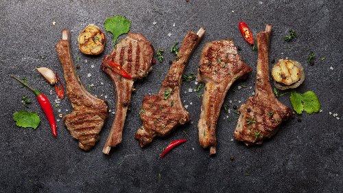Gegrilltes Lamm: Mit diesem Rezept von einem italienischen Star-Koch gelingt Ihnen zartes Lammfleisch