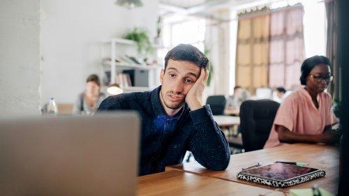 Straining: Auch Langeweile kann ein Zeichen von Mobbing im Job sein