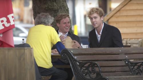 Un militant anti-vaccin très célèbre se fait piéger par deux YouTubeurs en Angleterre