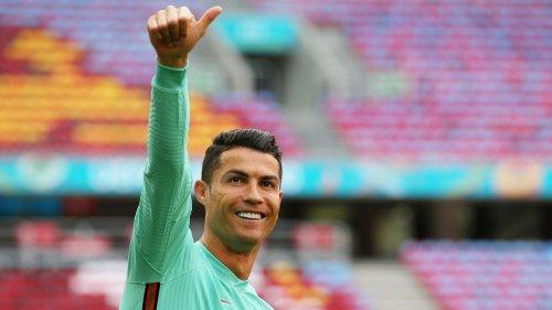 Cristiano Ronaldo pose avec sa dernière voiture, un bijou à 600.000 euros