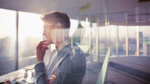 8 astuces simples pour être plus charismatique (et attirant), selon la psychologie