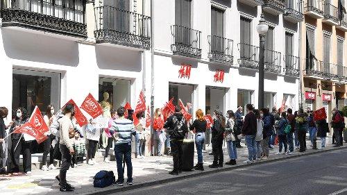 Los trabajadores protestan por el cierre de las tiendas de H&M en Granada