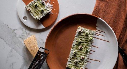 Voici la recette de la tarte printanière aux asperges ultra gourmande imaginée par Pierre Augé
