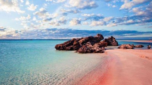 Voyage : les plus belles plages de sable rose où on rêve de se rendre dès la fin du confinement
