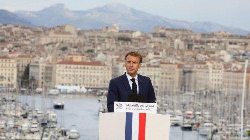 """""""Indécent"""", """"Irrespectueux"""" : Emmanuel Macron dégaine une photo de McFly et Carlito au pire moment et crée la polémique..."""