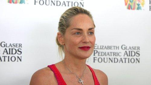 Sharon Stone fait sensation avec une robe fendue et un décolleté XXL