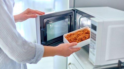 Découvrez les aliments improbables qu'il ne faut absolument jamais mettre au micro-ondes ! Spoiler : votre ventre nous remerciera