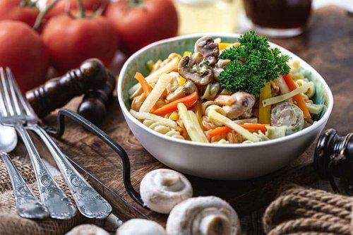 Den Nudelsalat mit Pilzen musst Du unbedingt probieren! Genial lecker