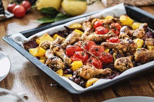 Hühnerkeulen auf Gemüsebett sind so wunderbar aromatisch & leicht