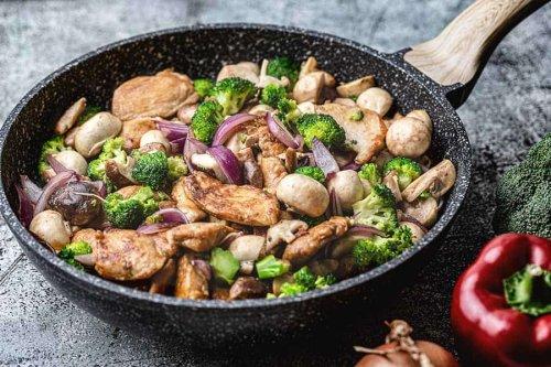 Huhn mit Brokkoli & Pilzen ein schneller Genuss aus einer Pfanne