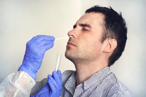 É preciso exame PCR de COVID para viajar ao Brasil?
