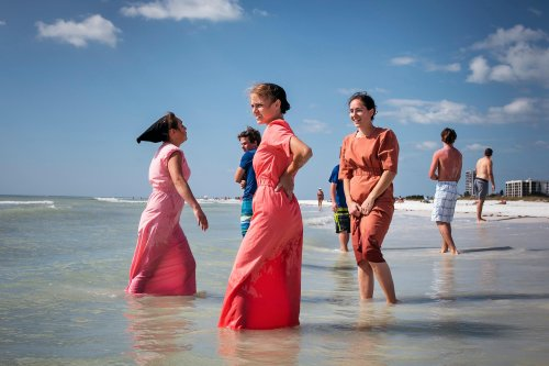 Amish girls on holiday at the beach: Dina Litovsky's best photograph
