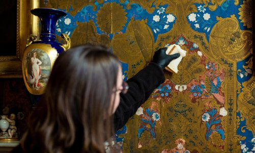 Wipe wallpaper with white bread? It works, says English Heritage