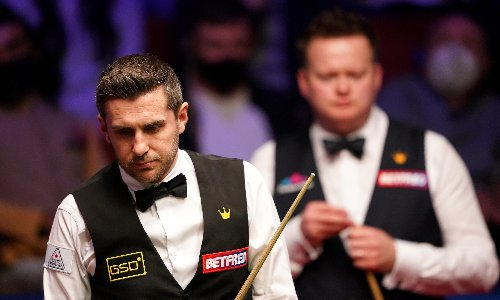 Mark Selby fights back to lead Shaun Murphy after first day of final