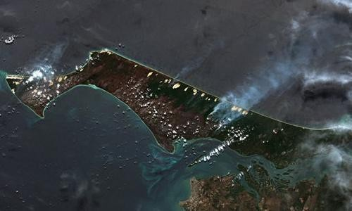 'Catastrophic' bushfire burns half of Queensland's Fraser Island and threatens ecological disaster