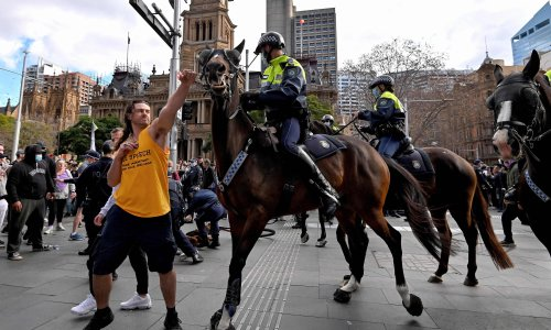 Sydney police fine hundreds of anti-lockdown protesters for 'filthy, risky behaviour'